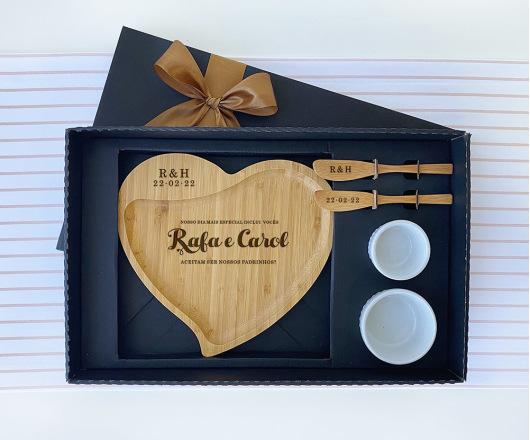 Kit Presente Personalizado com Petisqueira Coração Casamento